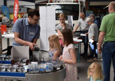 Kinder bekommen Schokolade auf Gewerbeschau Weseke