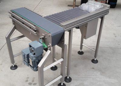 Kleinst Rollenbahnförderer mit 04B Kettenantrieb von Rolle zu Rolle für Petrischalengebinde