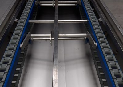 Kettenförderer mit Kunststoffkette für den Transport von Backblechen